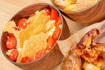 coroko Disfruta de un jugosa ensalada César con pollo. Acompañada de una capa crujiente de queso Parmesano y una deliciosa salsa César.